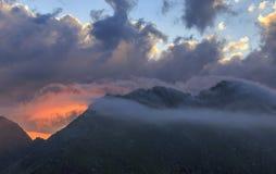 红色云彩风景在喀尔巴汗 免版税库存图片