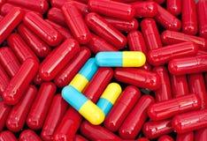 红色五颜六色的胶囊 库存照片