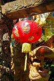 红色亚洲灯笼在中国寺庙塔 免版税库存照片