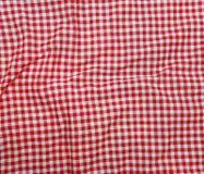 红色亚麻布被弄皱的桌布。 免版税库存图片