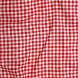 红色亚麻布被弄皱的桌布。 免版税图库摄影