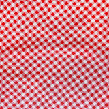 红色亚麻布被弄皱的桌布。 免版税库存照片