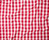 红色亚麻布被弄皱的桌布纹理 免版税库存照片
