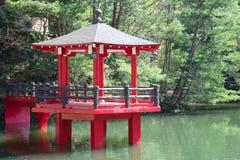 红色亭子在池塘 免版税图库摄影