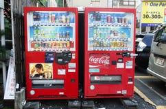 红色人的自动贩卖机自动机器买软饮料在阴部 免版税库存图片