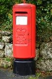 红色伊丽莎白二世邮筒 免版税库存图片
