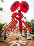 红色伞为装饰荡桨 免版税库存照片