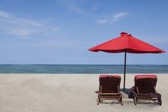 红色伞和二把椅子 免版税图库摄影