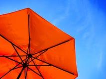 红色伞和蓝天 免版税库存图片