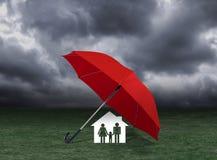 红色伞覆盖物家和家庭在雨,保险下 免版税图库摄影
