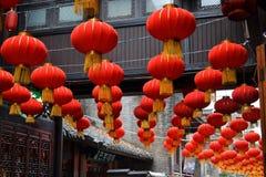 红色传统中国灯笼在成都,四川,中国美丽的老镇  库存照片