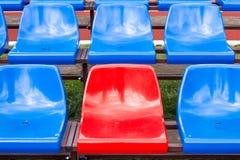 红色位子在体育场内 库存图片