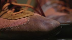 红色体操鞋 红色减速火箭的运动鞋 对运动鞋为日常生活 免版税库存图片