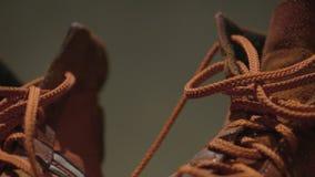 红色体操鞋 红色减速火箭的运动鞋 对运动鞋为日常生活 免版税图库摄影