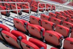 红色体育场椅子;体育比赛的背景 免版税库存图片