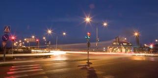 红色信号灯在晚上 免版税图库摄影