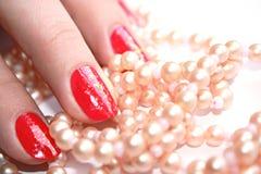 红色修指甲和珍珠首饰 图库摄影