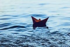 红色偏僻的纸小船 免版税库存图片