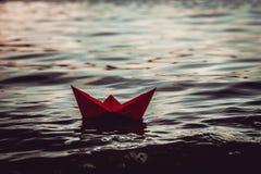 红色偏僻的纸小船 免版税图库摄影