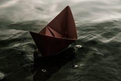 红色偏僻的纸小船 免版税库存照片