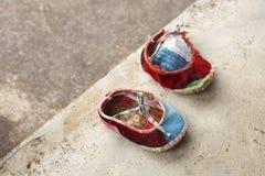 红色儿童中国人鞋子 库存照片
