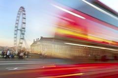 红色公共汽车在伦敦。 免版税库存照片