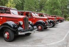 红色公共汽车在冰川国家公园 免版税库存照片