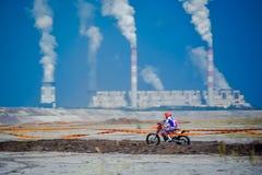 红色公牛111兆瓦特:摩托车越野赛和坚硬enduro种族 库存照片