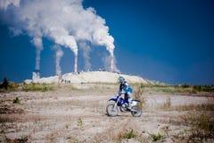 红色公牛111兆瓦特:摩托车越野赛和坚硬enduro种族 库存图片
