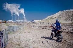 红色公牛111兆瓦特:摩托车越野赛和坚硬enduro种族 免版税库存照片