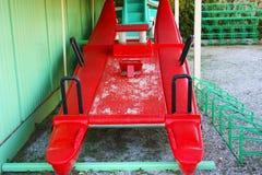 红色冰鞋或moscone,荡桨休闲的结转额船海上或使用由救生员 免版税库存照片