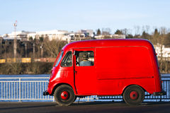 红色减速火箭的汽车和渔夫 免版税库存图片