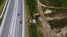 红色减速火箭的汽车驱动的鸟瞰图在日间路或高速公路的 没有在机动车路的很多汽车 股票录像