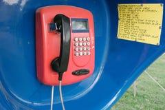 红色减速火箭的电话在摊 库存图片