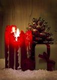 红色出现蜡烛和礼物 免版税库存照片