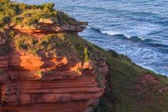 红色分层了堆积苏格兰` s东南海岸峭壁  库存图片