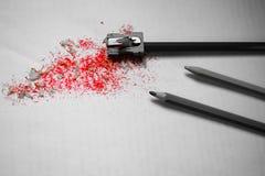 红色削片在削尖铅笔以后 库存图片