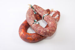 红色加调料的口利左香肠和salchichon 免版税库存图片
