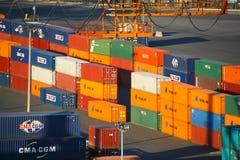 红色勾子集装箱码头货物 免版税库存照片