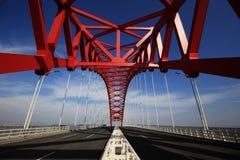 红色半球形的钢桥梁 免版税库存照片