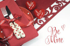 红色华伦泰、婚礼或者爱题材餐桌餐位餐具与是矿问候 免版税库存图片
