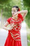 红色印度stytle礼服的亚裔中国秀丽肚皮舞表演者 图库摄影