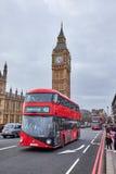 红色双层公共汽车和大笨钟 图库摄影