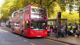 红色双层公共汽车在伯明翰,英国 免版税库存照片