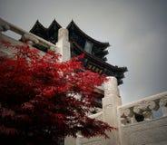 红色叶子和寺庙 免版税库存图片
