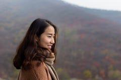 红色叶子谷的中国女孩,济南,中国 库存照片
