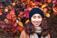 红色叶子谷的中国女孩,济南,中国 库存图片