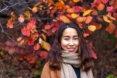 红色叶子谷的中国女孩,济南,中国 免版税库存图片