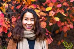 红色叶子谷的中国女孩,济南,中国 免版税图库摄影
