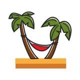红色吊床栓了到在沙滩的棕榈 图库摄影